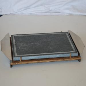 Pietra ollare lucida 40x25x2 con supporto in legno e manici in acciaio inox
